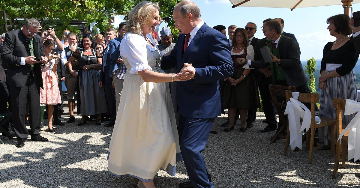 Mit Blumenstrauß und Männerchor: Die Skurrile Putin-Show auf der Hochzeit von Ösi-Ministerin