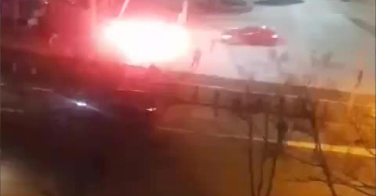 Unfassbare Aufnahmen! Unbekannte schießen aus Auto Raketen auf Bonner Passanten ab