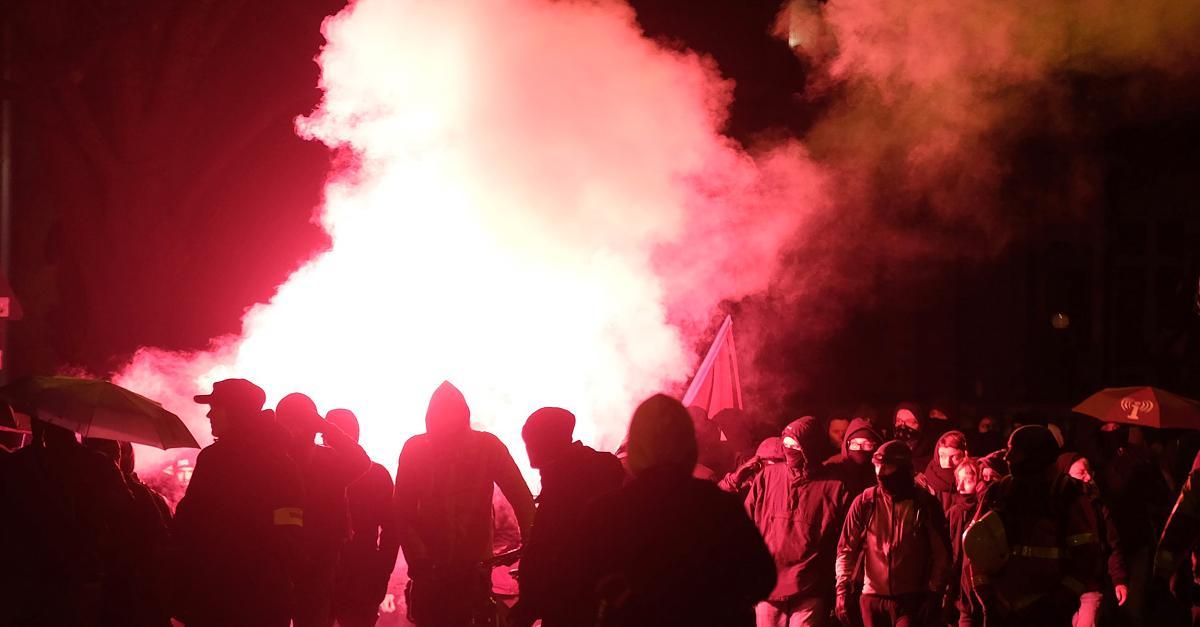 Steine, Flaschen, Pyro: 13 verletzte Polizisten bei Linken-Demo in Leipzig
