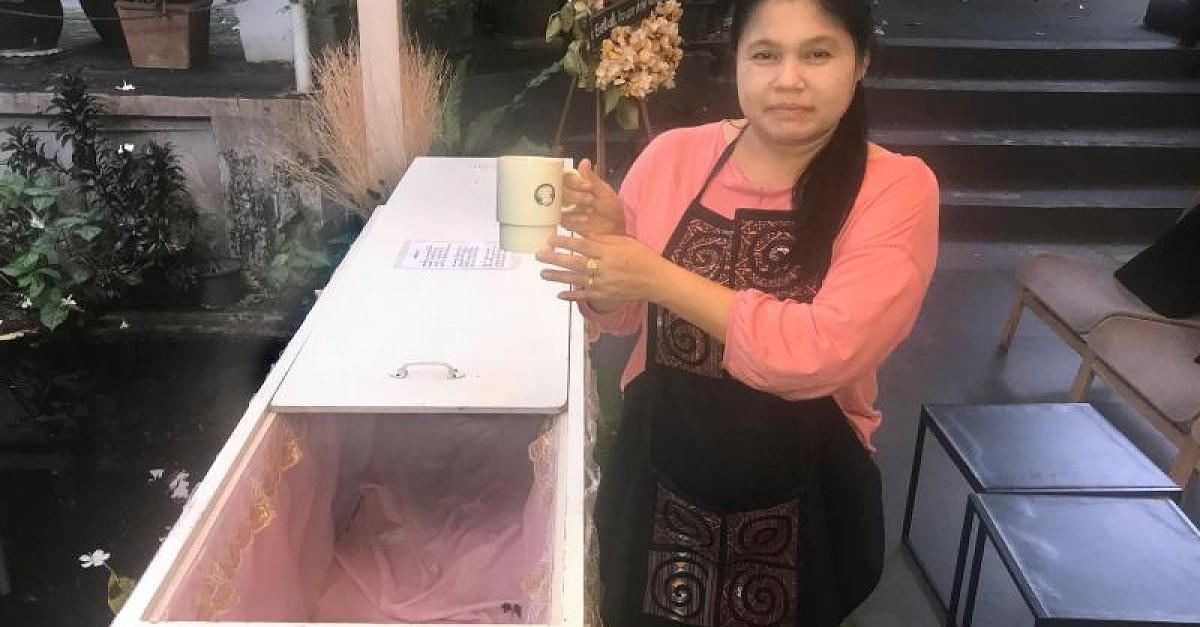 Indonesier bei Beerdigung seiner Mutter von ihrem Sarg erschlagen